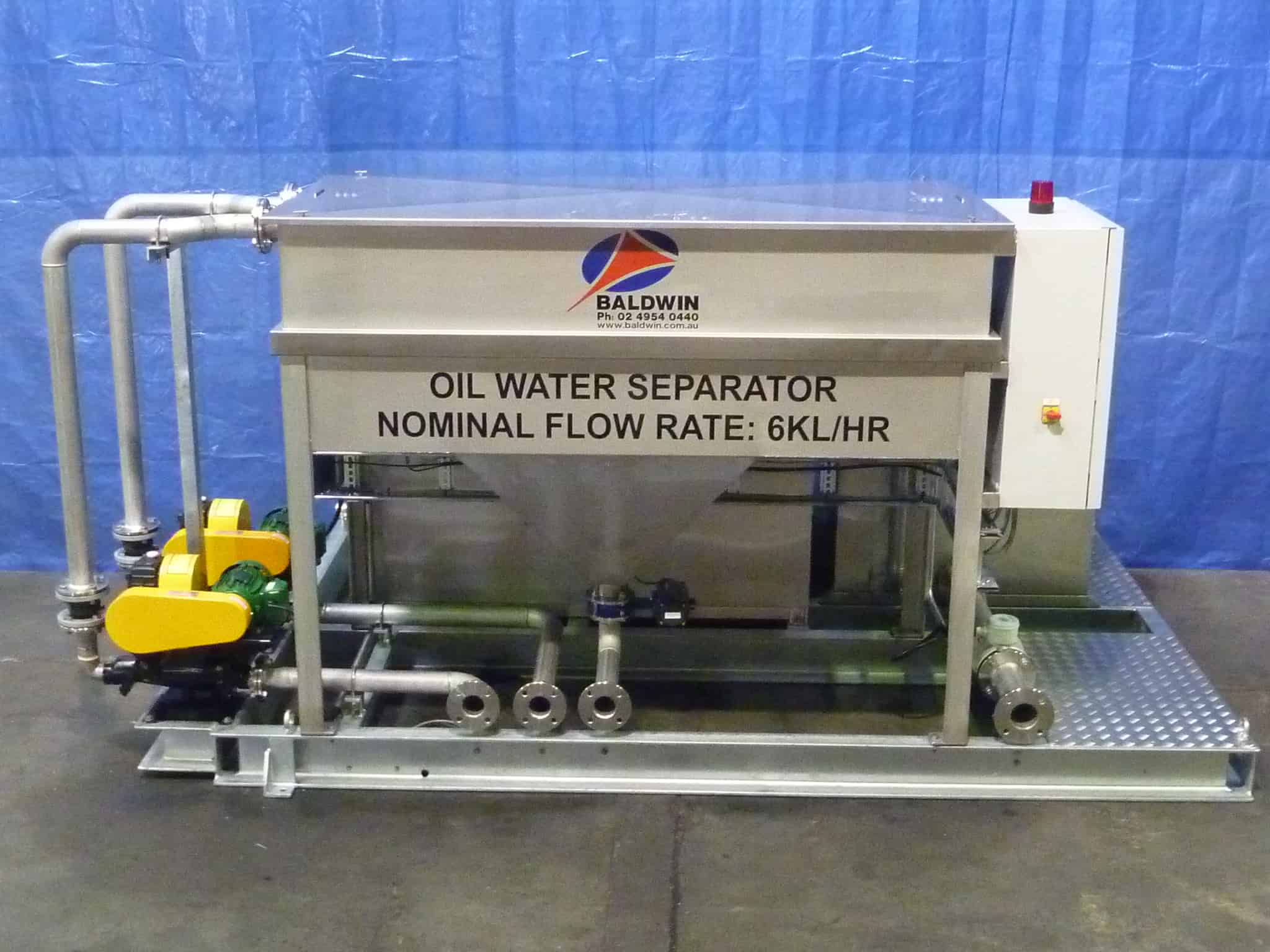 Small capacity separator of oil and water